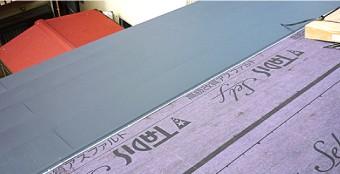 屋根カバー工法は屋根材1枚1枚をビスでしっかり固定しています