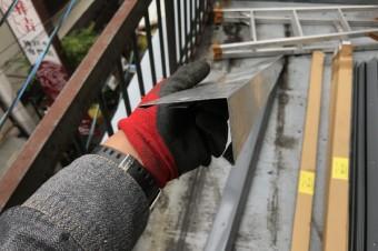 塩ビシートをパラペットに融着させるための塩ビ鋼板を取り付ける