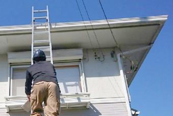 はしごを使い、家全体を確認します