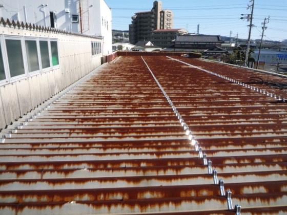 静岡市葵区古庄事務所兼倉庫の折半屋根カバー工法を行いました。