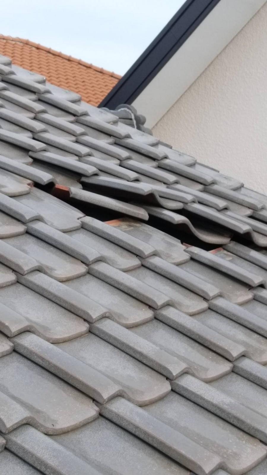 駿河区谷田 強風による屋根瓦ずれと庇屋根材の破損