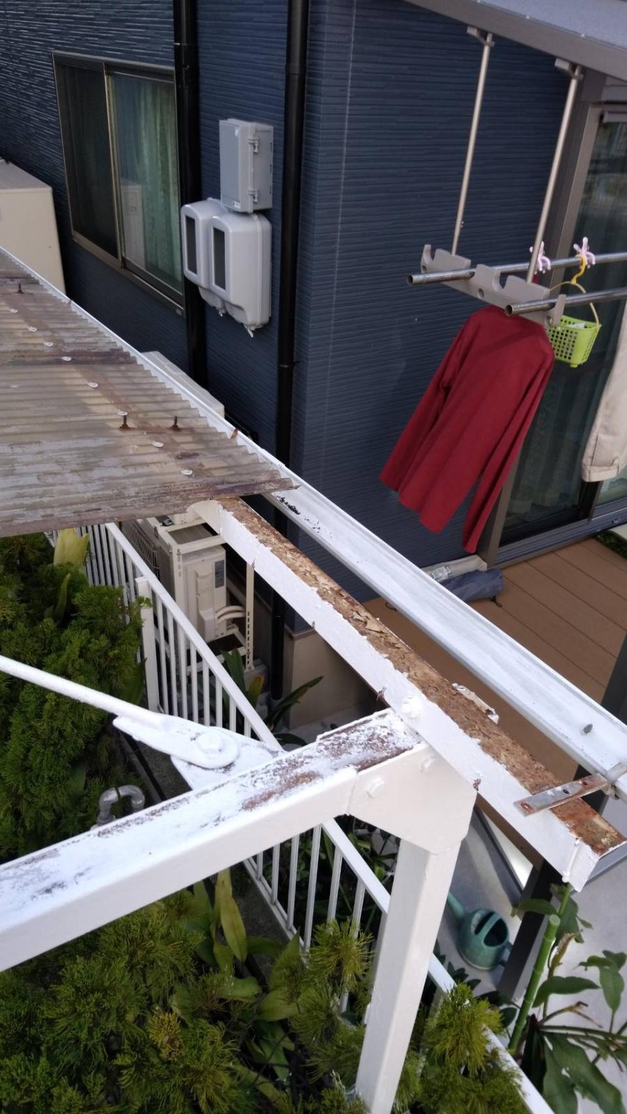 壊れたカーポート屋根です