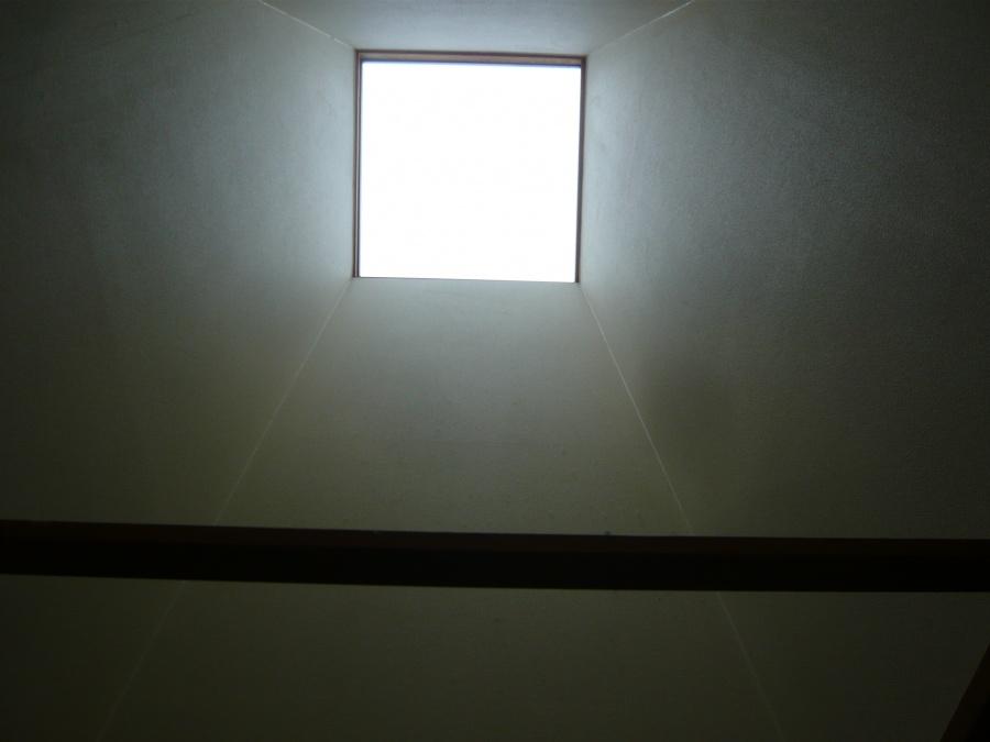 室内から天窓をみる