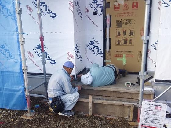 防水テープ施工中