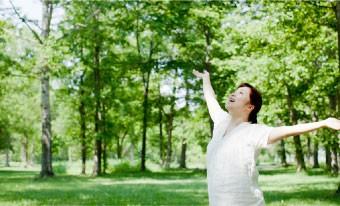 自然を満喫する女性