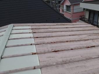 部分的に葺きかえられているトタン屋根